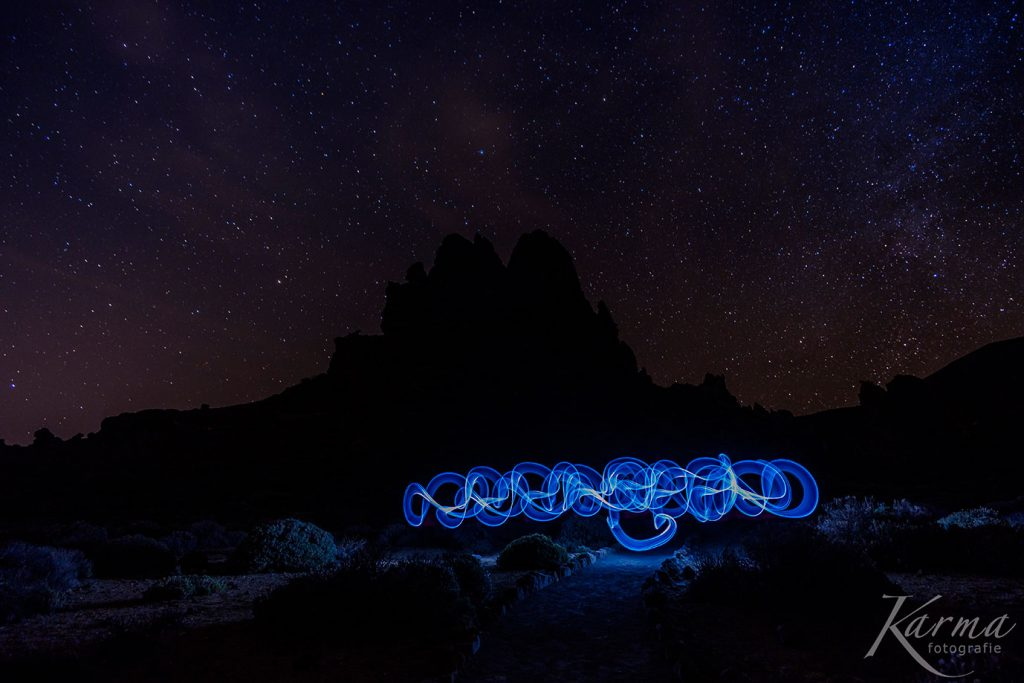 Lightpainting auf dem Vulkan. Mit einem Lightblade erzeugte Lichtkreise in der Nacht unter Sternenhimmel.